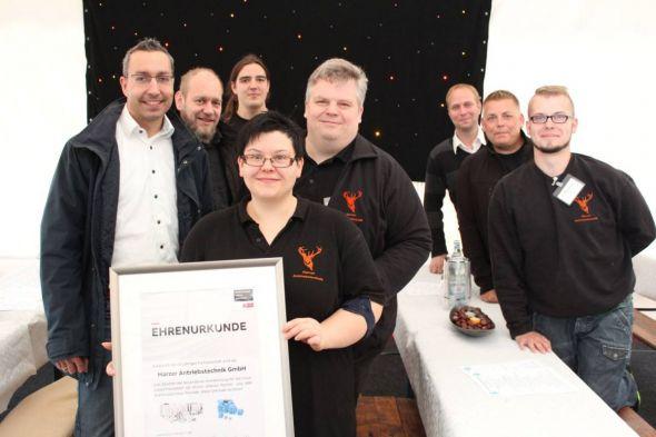 In der Bildmitte Chantal Lienauer-Warlich und Marcus Warlich, links Thomas Kalbe (ABB) und einige Mitarbeiter