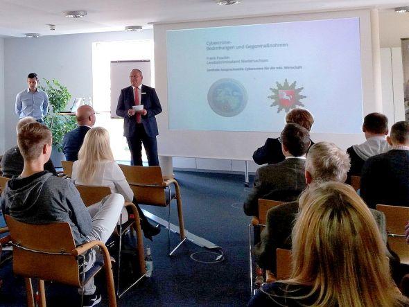 Uwe Maier, Vorstandsmitglied der Sparkasse Osterode am Harz, bei der Begrüßung des Experten vom LKA Niedersachsen Frank Puschin.