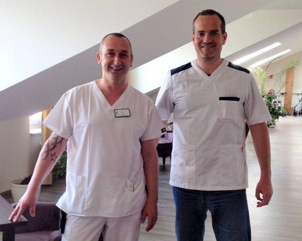 """""""Die Politik muss dafür sorgen, dass dieser wertvolle Beruf die Anerkennung erfährt, die er verdient"""", sagt Andreas Röthke (rechts) nach seinem Praktikum im Alten- und Pflegeheim."""