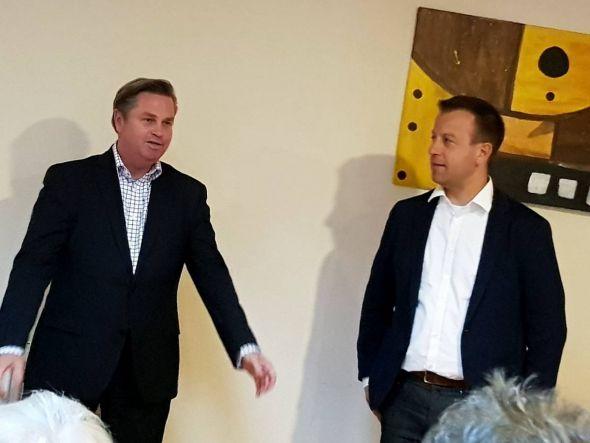 Jens Augat, Bürgermeisterkandidat der SPD in Osterode (r.), führte Tim Kähler, Bürgermeister der Stadt Herford, bei den über 30 Zuhörern ein. (Fotos: Peter Bischof)