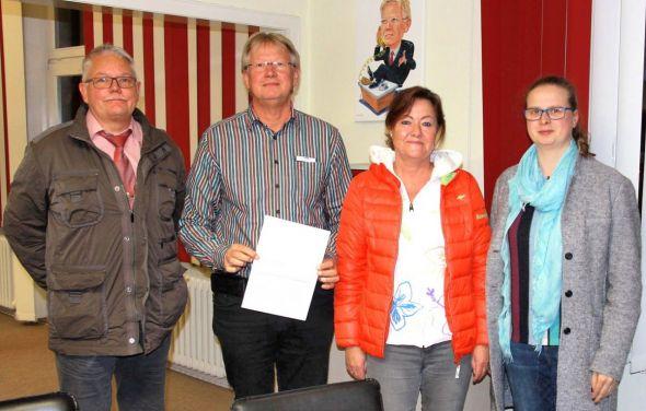 Übergabe des Antrages im Rathaus (von links): Torsten Bäger, Bad Lauterbergs Bürgermeister Dr. Thomas Gans, Sabine Bode und Julia Wiegand.