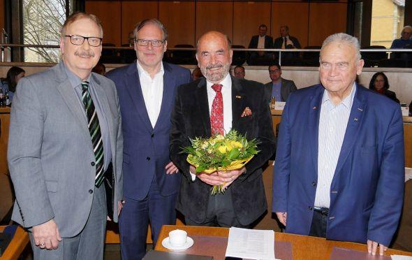 Neuer stellvertretender Landrat: Dr. Harald Noack (3.v.l.) nimmt Glückwünsche entgegen von (v.l.) dem Vorsitzenden des Kreistags Harald Grahovac, Landrat Bernhard Reuter und Amtsvorgänger Lothar Koch. (Foto: Landkreis Göttingen)