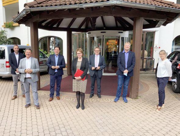 V.l.n.r.: Björn Gollee, Dr. Andreas Philippi, Marcel Riethig, Ministerin Daniela Behrens, MdL Karl-Heinz Hausmann, Dr. Thomas Gans, Sarah Lohrengel. Foto: Dirk Aue