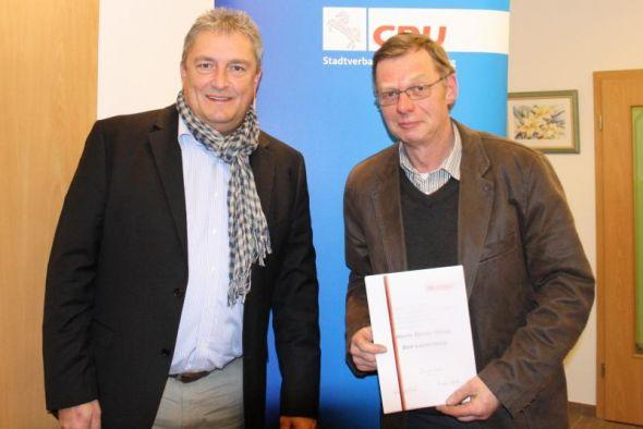 Roland Stahl (links) ehrt das langjährige Mitglied Dieter König