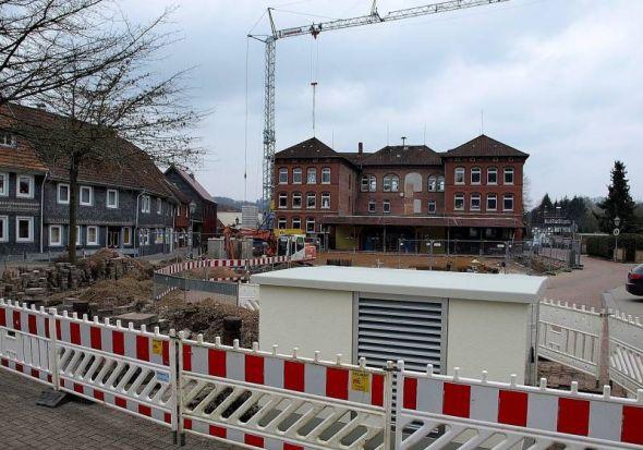 Darum beneidet Bad Lauterberg sicher niemand: Unter anderem die Verlegung der Stromversorgung für die Hauptstraße im März 2016 soll Schuld daran sein, dass beim Umbau der Grundschule am Hausberg plötzlich die Kosten steigen.