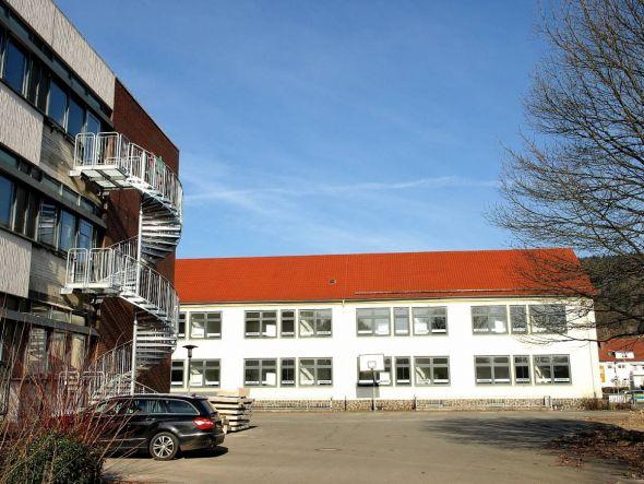 Sollte schon längst das Jobcenter des Landkreises beherbergen, verschlingt aber erst einmal noch mehr Geld: Die Lutterbergschule.