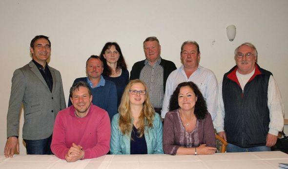 Den geschäftsführenden Vorstand des WgiR-Vereins bilden (sitzend von links) Max Reister, Julia Wiegand und Sabine Bode. Der erweiterte Vorstand dahinter stärkt ihnen den Rücken. (Alle Namen und Funktionen unter dem Bericht.)