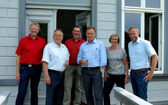Empfang vor der Villa der Kirchberg-Klinik (von links): Dr. Thomas Gans, Horst Gollée, Uwe Speit, Thomas Oppermann, Dorit Gollée und Björn Gollée.