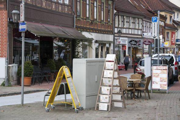 Da hilft alles Kaschieren mit Werbeständern und Sitzgelegenheiten nichts: Der Verteilerkasten stört am Eingang des Boulevards.