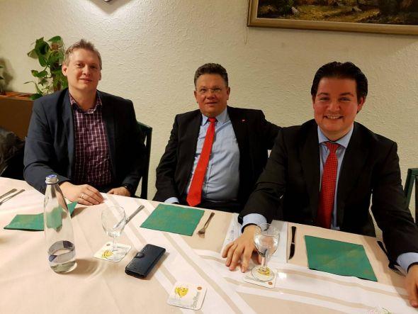 Zufrieden mit dem Ablauf des Abends (von links): Die stellvertretenden Ortsvereins-Vorsitzenden Lars Lübbecke und Andreas Philippi mit Marcel Riethig.