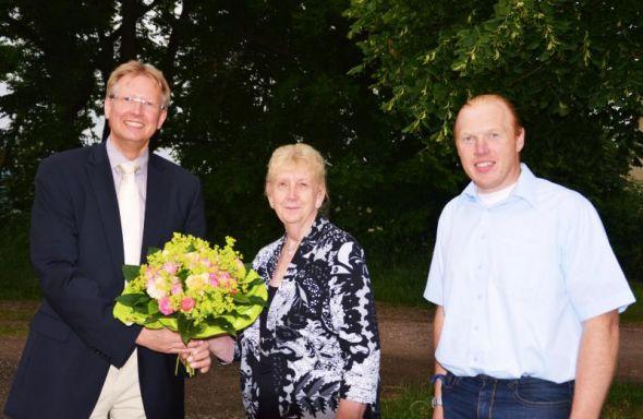 Die Geehrte mit Bürgermeister Nummer 7 und ihrem 113. Ratskollegen (von links): Thomas Gans, Gudrun Teyke und Christian Schäfer.