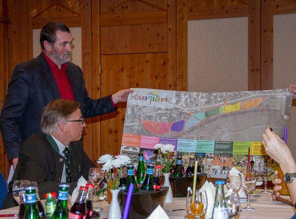 Uwe Speit und Frank Seela vor dem bisherigen Kurparkplan.