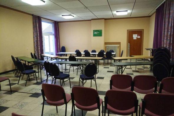 """Fällt aus wegen """"is' nich'"""": Wo keine Ratsmitglieder, da auch keine Ratssitzung – leerer Sitzungsraum im DGH Osterhagen."""