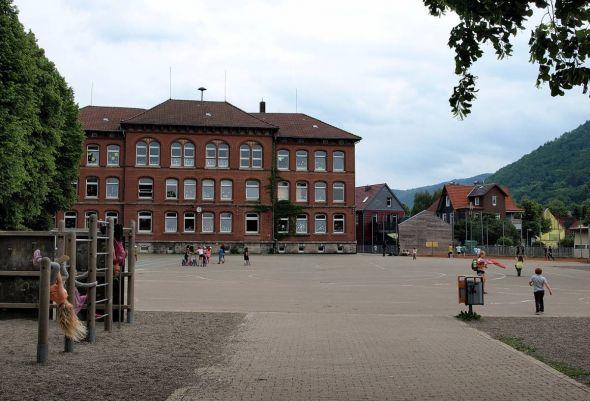 Auch hier soll sich endlich etwas tun: Der langweilige Schulhof soll attraktiver werden. Als erstes wird das Fußballfeld (rechts im Hintergrund) erneuert, wobei die hölzerne Ballwand verschwindet.