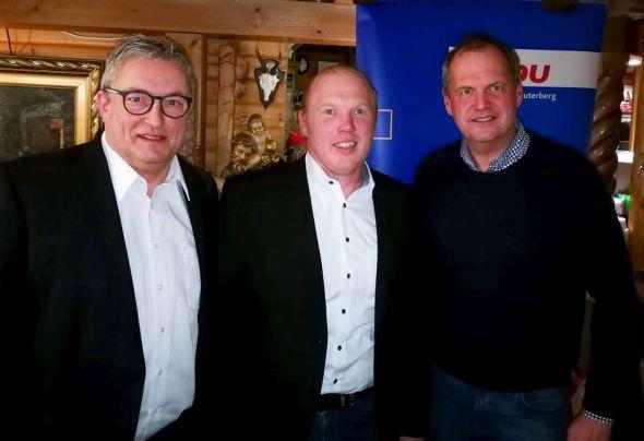 Ämterübergabe unter den Augen des Bundestagsabgeordneten (von links): Der scheidende Stadtverbandsvorsitzende Roland Stahl mit seinem Nachfolger Christian Schäfer und MdB Fritz Güntzler.