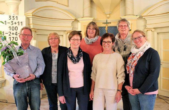 Der Vorstand (von links): der scheidende Andreas Josch, Irmhild Hilbert, Christine Carl, Kerstin Heinrich, Isolde Gundlach, Adriana de Kooker und Alexandra Beermann.