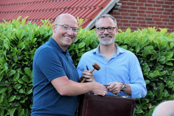 Marco Gömann (links) übergibt Löwenkopf und Präsidentenkoffer an Dr. Stefan Wahle.