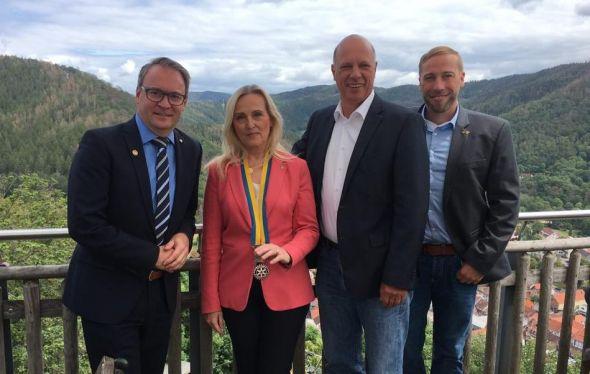 Astrid Laue-Savic ist die neue Präsidentin des Rotary Clubs Bad Lauterberg-Südharz. Neben ihr in der Bildmitte der bisherige Präsident Hinrich Bangemann, links Andreas Körner, der zum Paul Harris Fellow ernannt wurde. Rechts der neue Club-Sekretär Bj