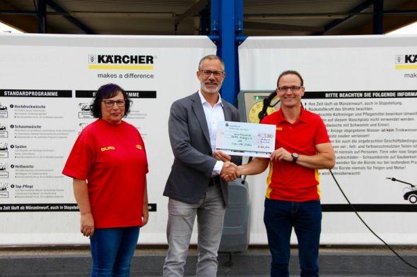 Sabine Brigmann (2. Vorsitzende), Lions-Präsident Dr. Stefan Wahle und Carsten Jablonski (1. Vorsitzender der DLRG Ortsgruppe Herzberg e.V.) (von links)