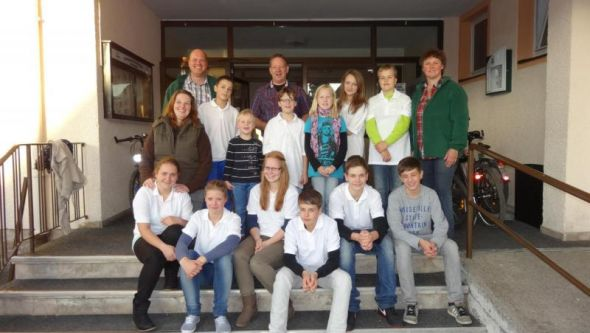 Die Teilnehmerinnen und Teilnehmer der Preis- und Pokalverleihung mit Jugendwarten