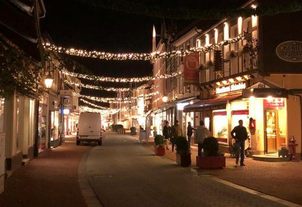 Das Aufhängen der Weihnachtsbeleuchtung übernahm wieder die Feuerwehr, wofür ihr der Dank des Vereins Handel und Gewerbe gilt. (Foto: Svenja Friedrich)