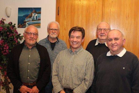 Der amtierende Vorstand (von rechts): 1. Vorsitzender Rainer Friedrich, Schriftführer Rüdiger Ziegenbein, neuer Kassenwart Raimund Berger, ausscheidender Kassenwart Manfred Kindereit und 2. Vorsitzender Horst Luthin.