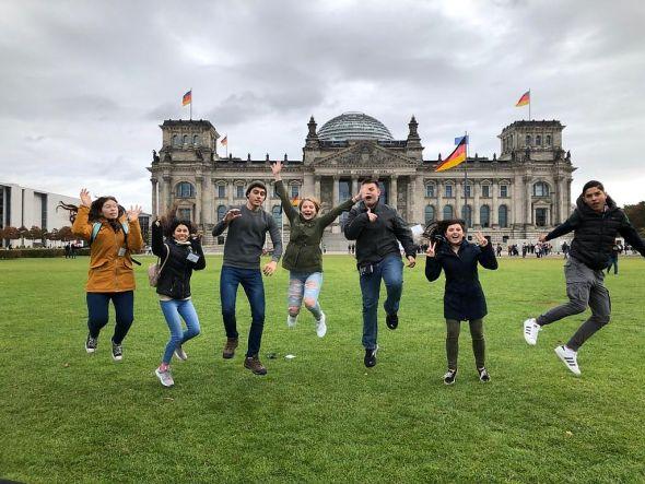 Hatten Spaß: Dakota aus den USA und andere Inbounds vor dem Reichstag in Berlin. (Foto: Rotary Club)