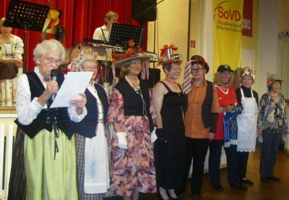 """Die """"Hütchen-Damen"""" (von links):  Lotti Helmboldt, Gisela Peisker, Karin Strauss, Irene Hildebrand, Brigitte Spangehl,  Brigitte Helmboldt, Altrud Schrader und Heidi Kiphenn"""