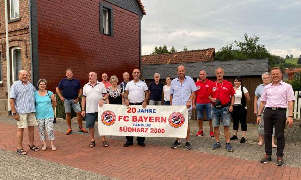 Foto: Der neue Vorstand und ein Teil der Mitglieder des FC Bayern Fanclubs Südharz 2000 stellten sich am 20. Jahrestag der Vereinsgründung zu einem Erinnerungsfoto auf.