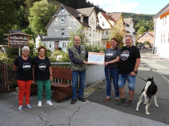 Von links nach rechts: Monika Rothfuchs, Doris Arnecke, Christoph Steingaß, Rebecca Schindler, Maik Goeritz und Hund Theo (Foto: privat)