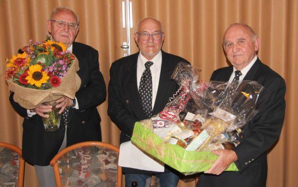 Rainer Friedrich (rechts) war insgesamt 40 Jahre lang der 1. Vorsitzende des Vereins. Er erhielt Präsente vom 2. Vorsitzenden und Schriftführer Rüdiger Ziegenbein