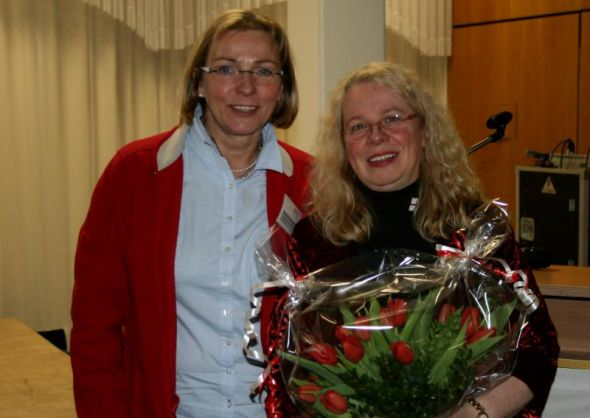 (von links) Veronika Muschinsky  dankt Dr. Bialucha-Nebel