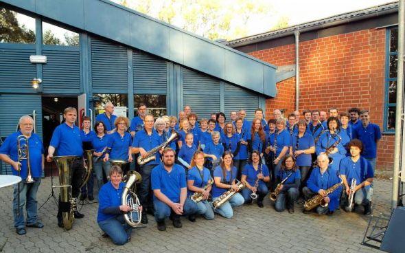 Das Blasorchester Herzberg vor der Börnekenhalle in Lehre.