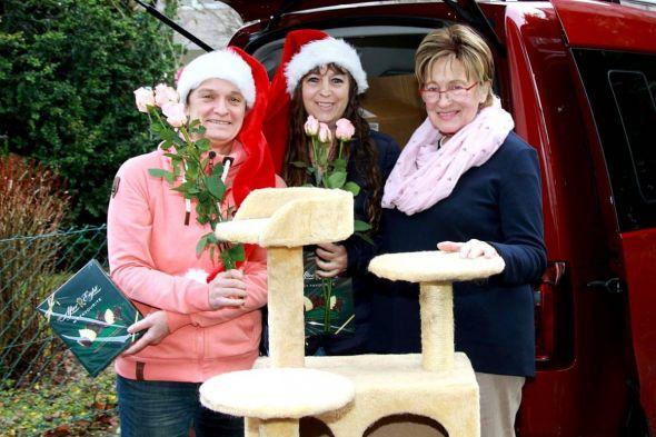 Die Vorsitzende des Tierschutzvereins Bad Lauterberg Helga Brille (rechts) bedankt sich bei den Organisatorinnen der Spendenaktion Marion Pierschel (links) und Janet Masurat mit je drei Rosen und einer Packung Pralinen.