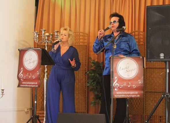 """Helene Fischer"""" und """"Elvis"""" - dargestellt von Kerstin Klauenberg und Philipp Lieder- singen im Duett """"Just Pretend""""."""