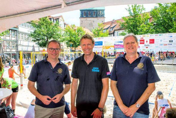 Andreas Körner (links) und Peter Bischof vom Rotary Club Bad Lauterberg-Südharz übergaben eine 400-Euro-Spende an Dr. Sven Vogt (Mitte), den Vorsitzenden der Kindersportstiftung. (Foto: Lars Müller)