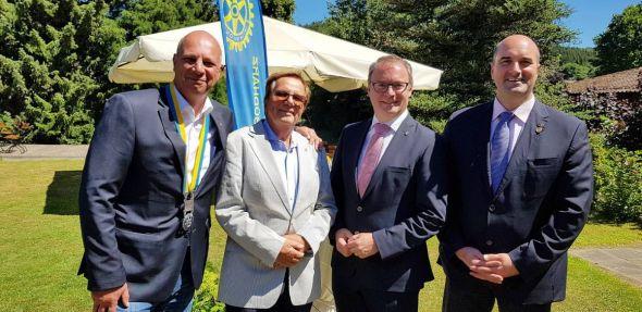 Präsidenten und Geehrte (von links): Hinrich Bangemann, der neue Präsident des Rotary Clubs, mit Peter Pommer, Andreas Körner, dem bisherigen Präsidenten, und Florian Mangold. (Fotos: Rotary Club)