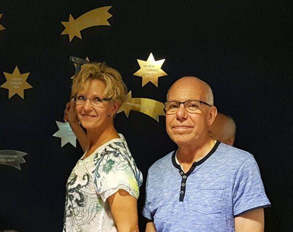 Das Ehepaar Kress von der Kunsthandwerkstatt St. Andreasberg bringt den goldenen Spenderkometen an.