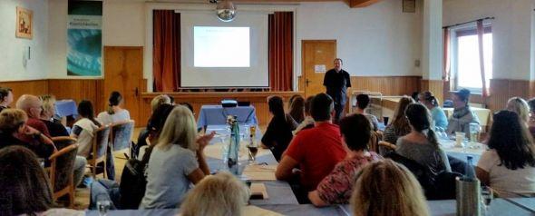 Einzigartiger Einblick in die Sichtweise eines Autisten: Aleksander Knauerhase vor dem Publikum der Gesprächsrunde in Bad Lauterberg. (Foto: Bormann-Willig)