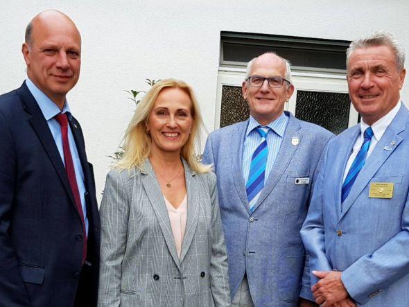 Hinrich Bangemann, amtierender Präsident des Rotary Clubs Bad Lauterberg-Südharz (l.), freute sich mit Club-Sekretärin Astrid Laue-Savic über den Besuch von Governor Udo Noack (r.) und Assistant Governor Joachim Bruns. (Foto: Peter Bischof)