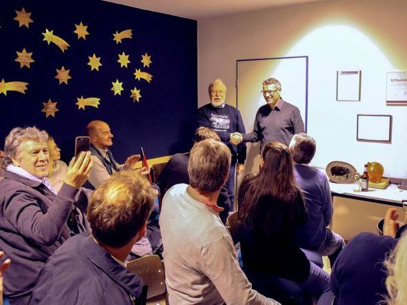 Der stellvertretende Vorsitzende der Sternwarte Rolf Schölzel (stehend links) bedankte sich beim Präsidenten des Lions-Clubs Christian Buchberger für den Besuch der Sternwarte und die Spende…