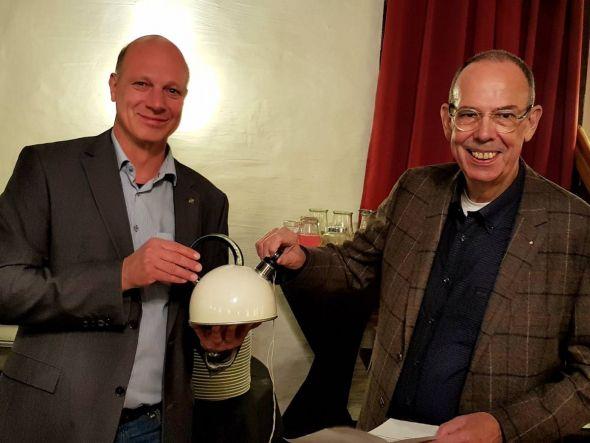Der Flauskessel als Symbol für Verständigung: Hinrich Bangemann, Präsident des Rotary Clubs Bad Lauterberg-Südharz, und Jos vom Boytenen vom niederländischen Partnerclub Bathmen de Schipbeek, tauschen Kessel und Pfeife.