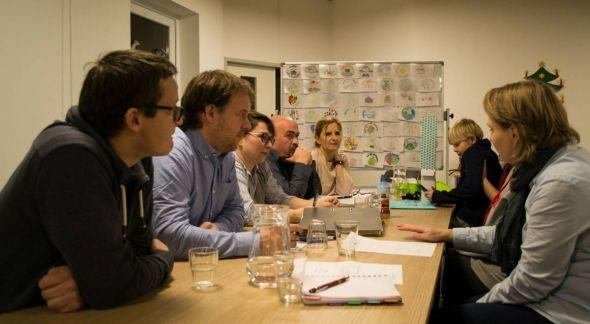 Brainstorming beim Förderverein der Grundschule. Im Hintergrund: Entwürfe für ein Schul-Logo