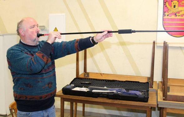 Der Vorsitzende Bernd Wiegand demonstriert den Einsatz eines Blasrohres…
