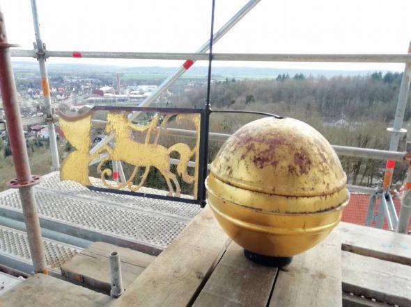 Hoch über Herzberg: Die vergoldete Kugel und die Wetterfahne sind abmontiert. (Fotos: Manfred Kirchner, Peter Bischof)