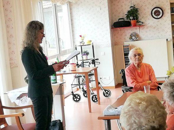 Im Kursana Domizil Bad Lauterberg lauschen die Bewohner den von Schriftstellerin Verena Blecher einfühlsam vorgetragenen Geschichten.