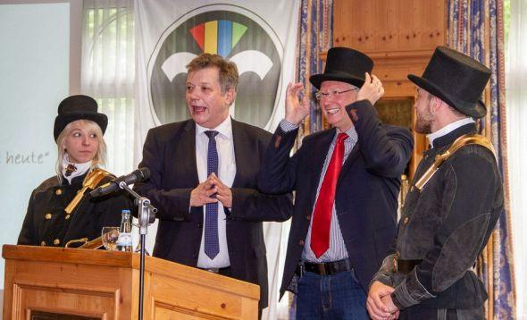 Landesinnungsmeister Stephan Langer überreichte dem Bürgermeister einen echten Schornsteinfeger-Zylinder