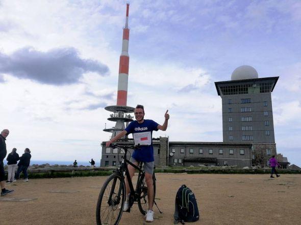 Geographischer Höhepunkt der Radtour: Tom Zinram auf dem Brocken.