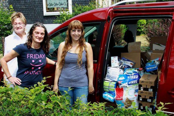 Die Vorsitzende des Tierschutzvereins Helga Brille, Helga Pierschel und Janet Masurat, die die gesammelten Spenden übergeben
