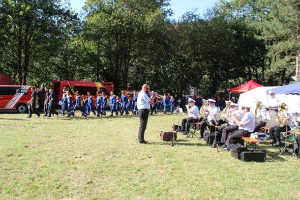Einmarsch zur Abschlussveranstaltung: natürlich stilecht mit Musik vom Feuerwehrmusikzug Barbis